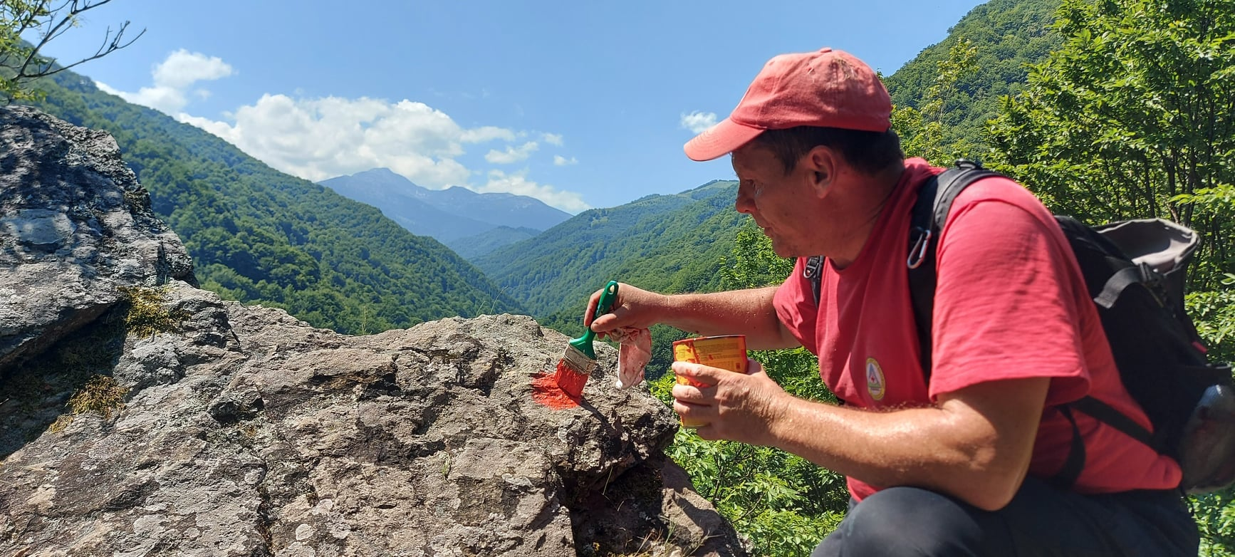 Salvamontiștii curăță și refac marcajele traseelor turistice din Retezat și Șureanu. Voluntarii pot da o mână de ajutor