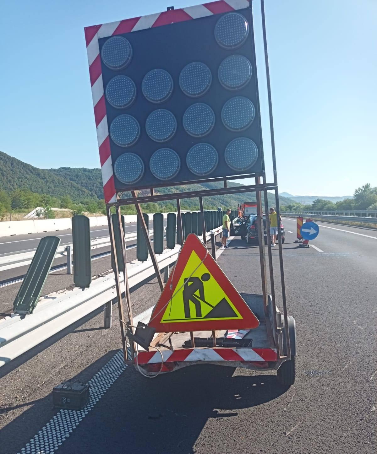 Incident pe A1, la Șoimuș: o mașină a intrat în remorca de semnalizare a Secției Întreținere Autostrăzi