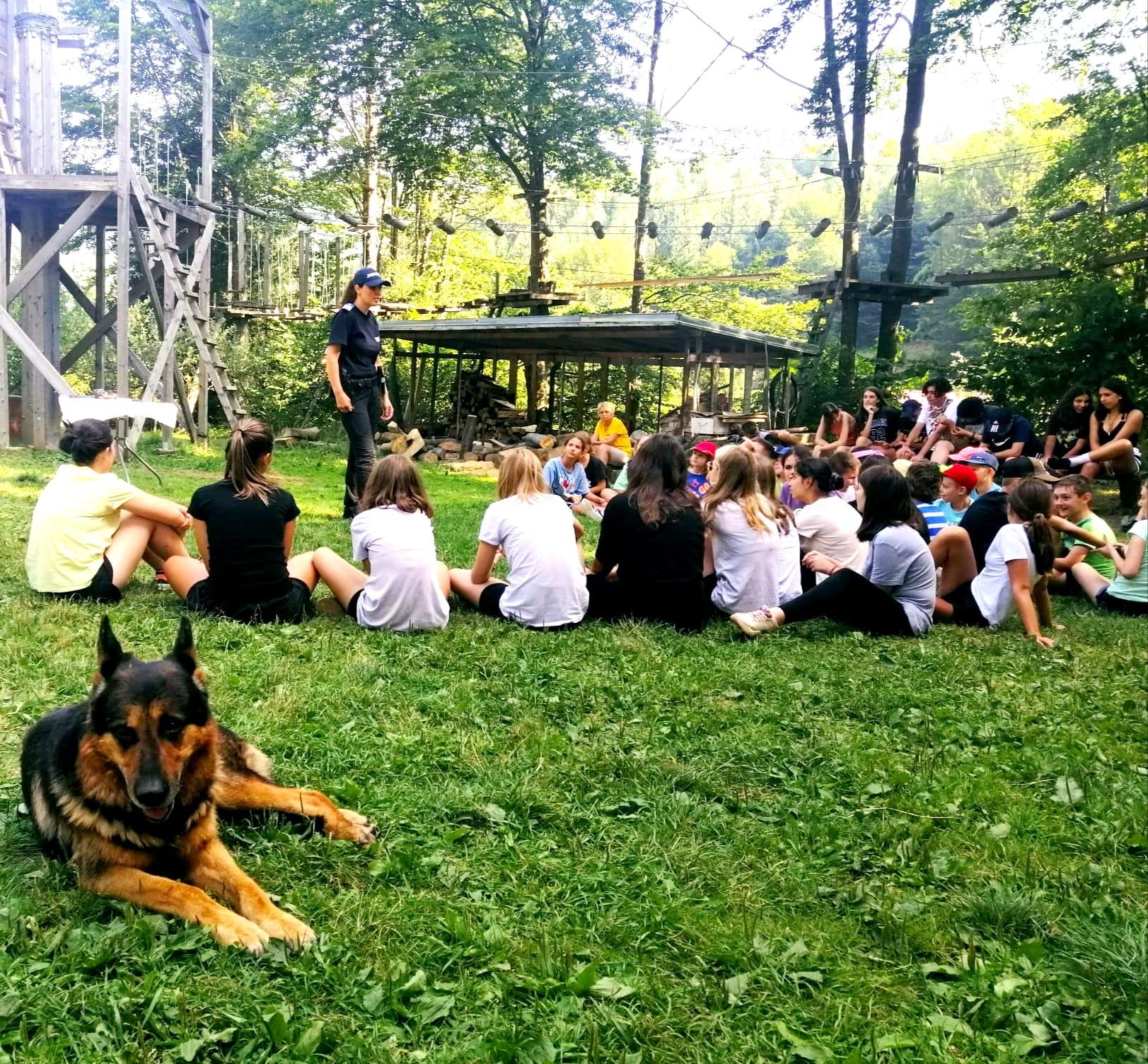 Copiii aflați într-o tabără în Retezat s-au întâlnit cu jandarmii montani