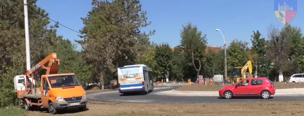 Sensul giratoriu amenajat în fața spitalului din Hunedoara, aproape de finalizare