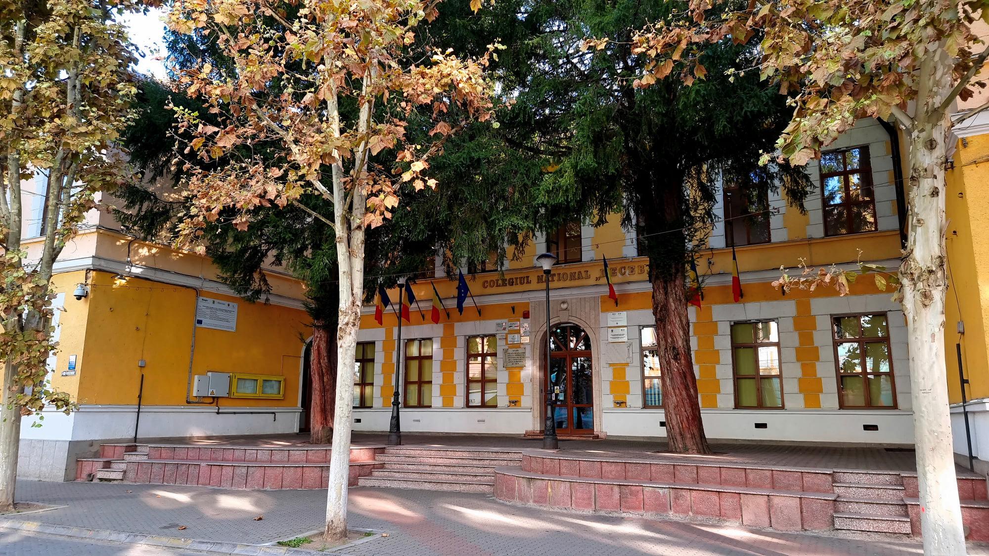 """Trei clădiri din Deva, scăldate în lumină portocalie, de """"Ziua Mondială pentru Siguranța Pacientului"""""""
