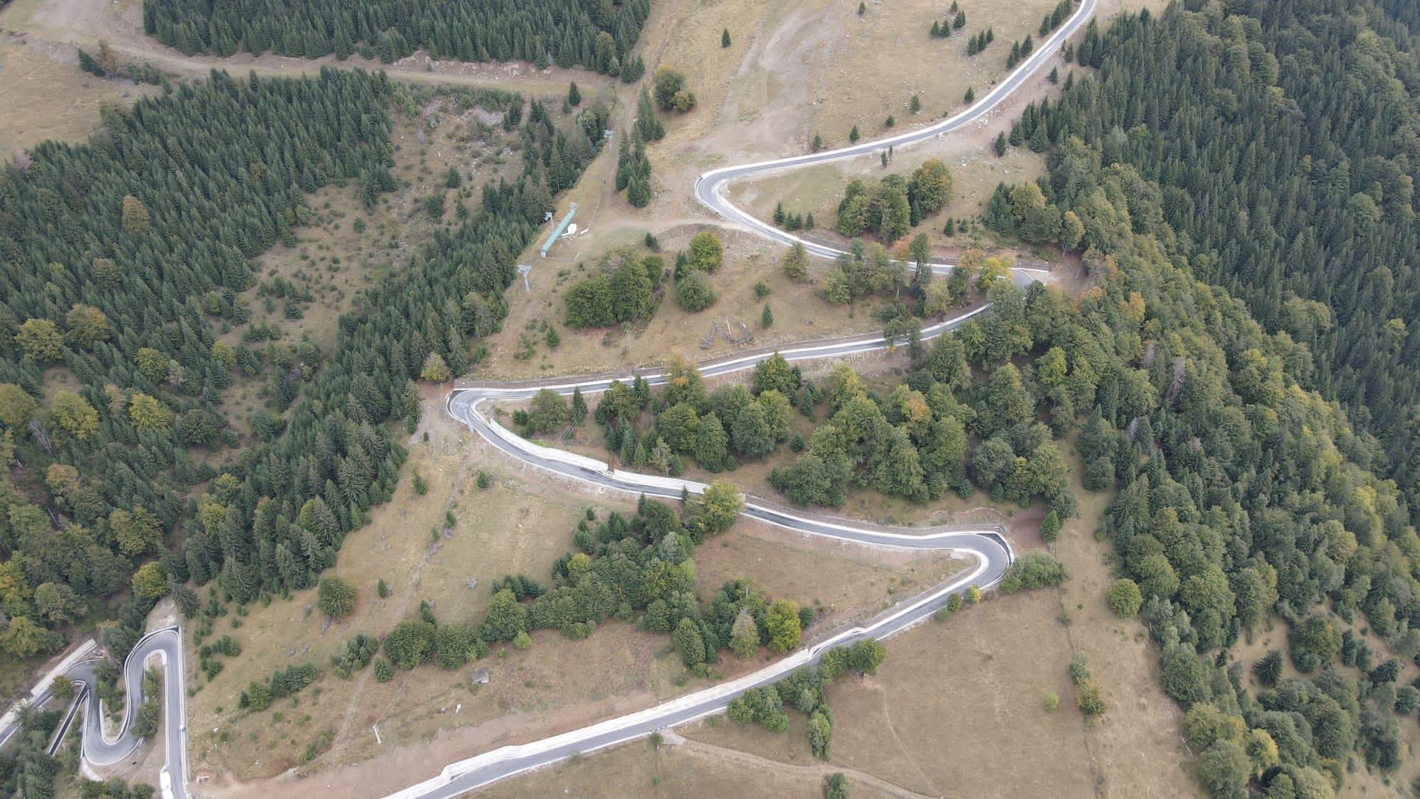 FOTO  Imagini spectaculoase cu drumul din Parâng. Cum se vede de sus fâșia șerpuită de șosea, deschisă traficului rutier