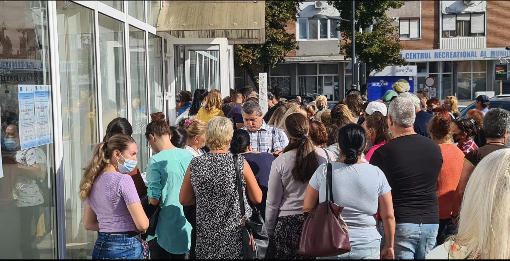 Participare numeroasă la Bursa locurilor de muncă de la Hunedoara. 30 de persoane au fost angajate pe loc