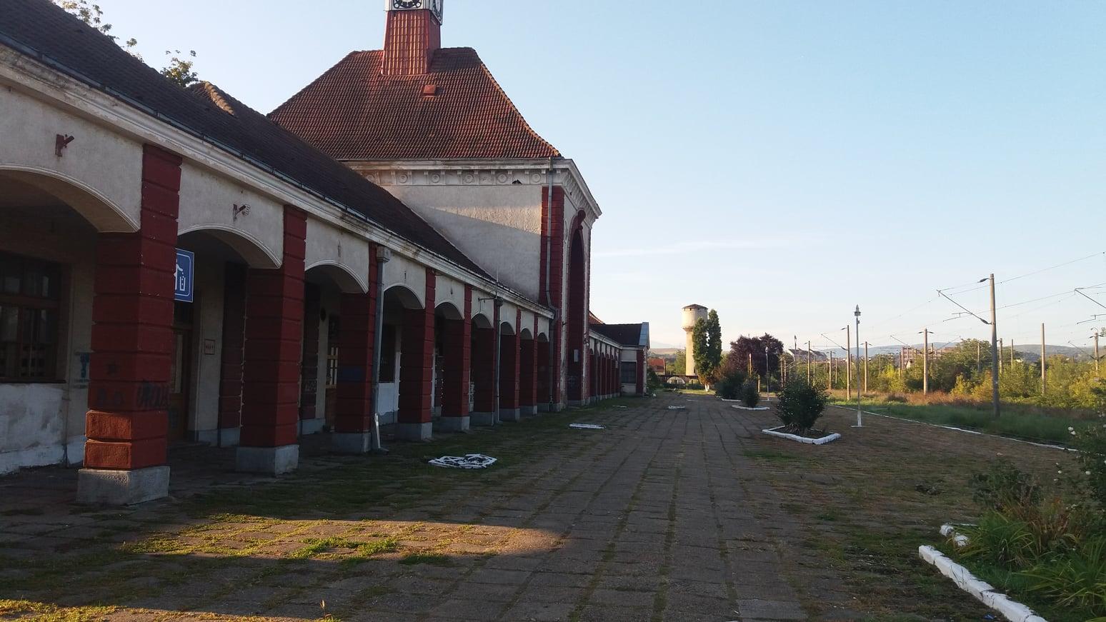 """Primăria Hunedoara a solicitat CFR-ului preluarea clădirii gării din oraș. """"Am putea stopa degradarea acesteia"""""""