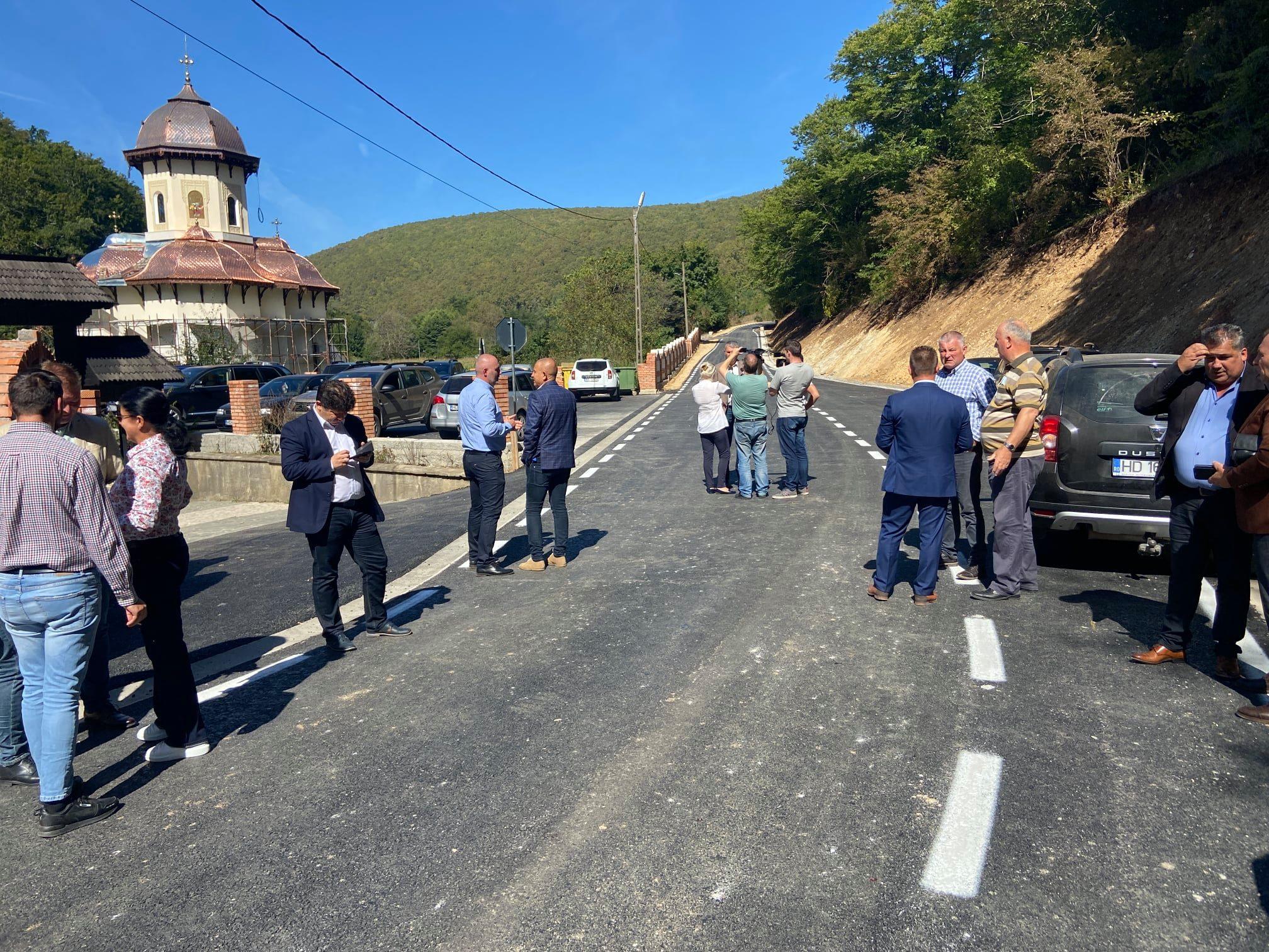 """Drum """"ca-n palmă"""" la Nandru și Centru Gastronomic Local la Cutin, în comuna Peștișu Mic"""