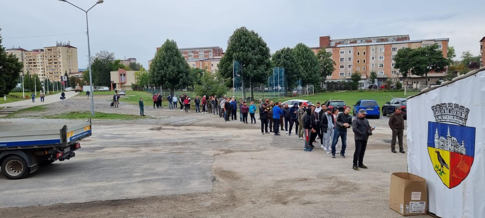 Coadă la stadionul din Hunedoara, pentru testarea anti-COVID-19, pentru meciul dintre CS Hunedoara și FCSB