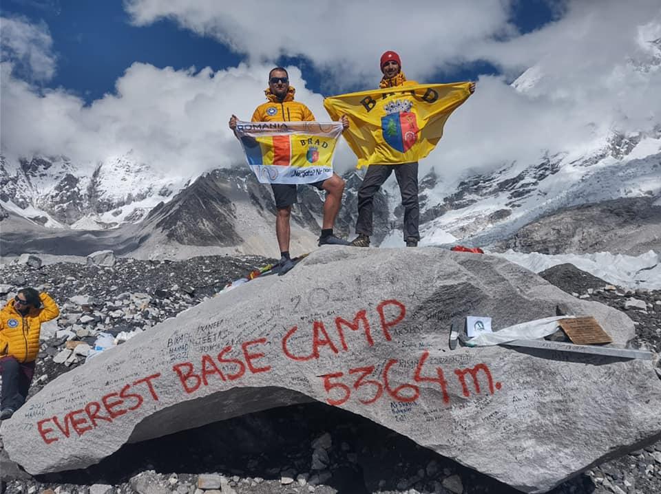 Cei doi brădeni, plecați în expediție în Himalaya, au ajuns în Tabăra de Bază de la Everest