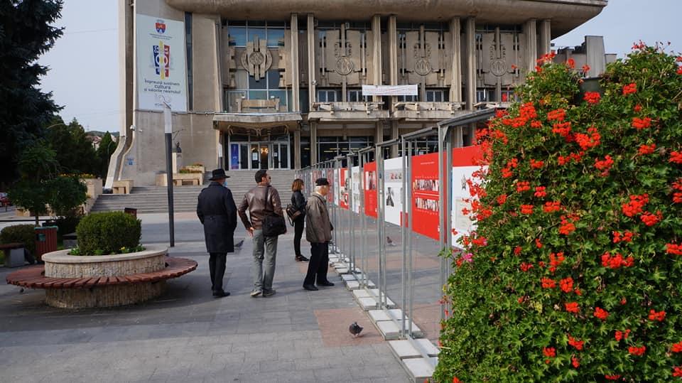 """,,Crucea Roșie – 145 de ani de activitate umanitară"""" -expoziție fotografică aniversară, în centrul Devei"""