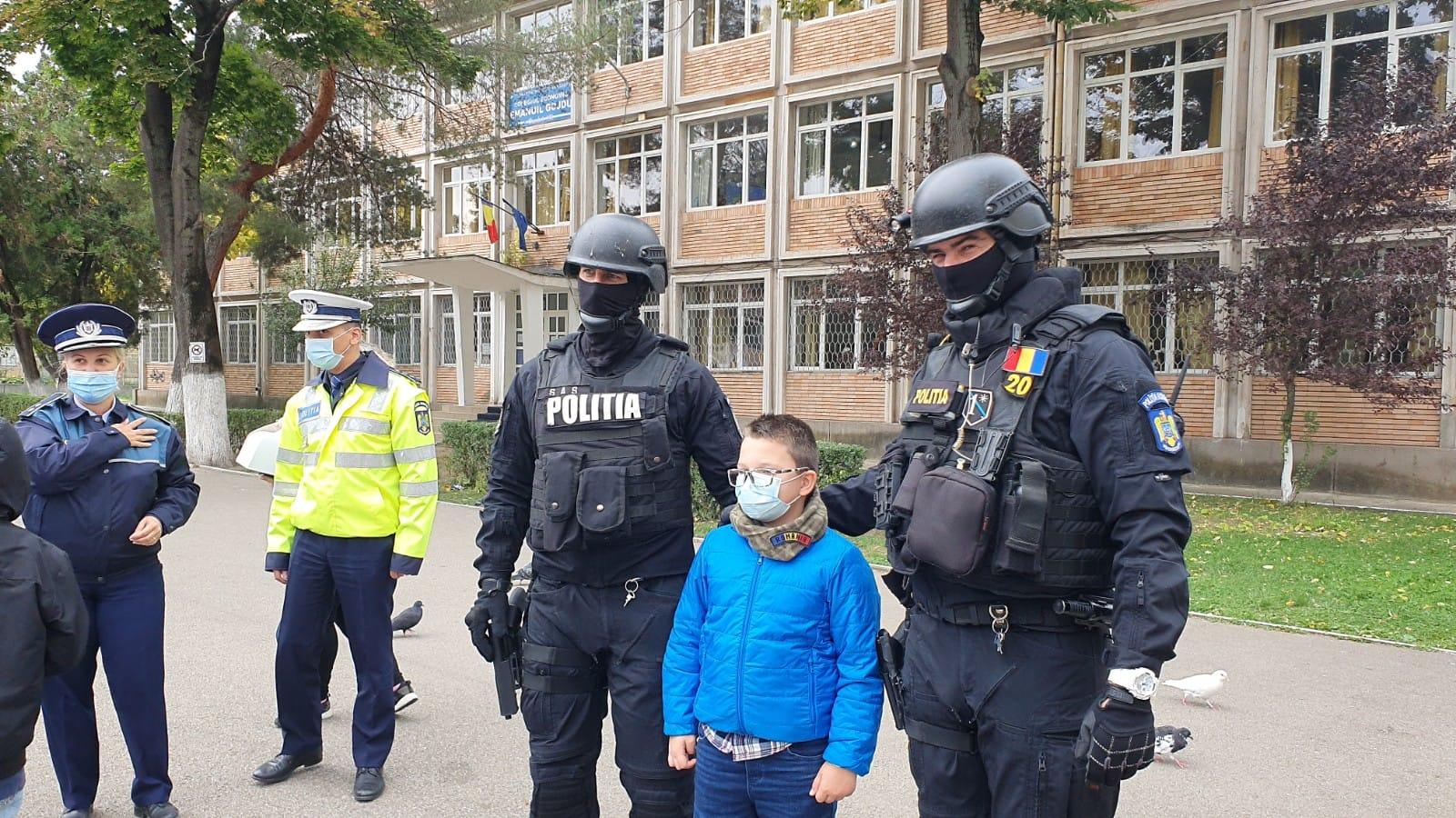FOTO -VIDEO  Surpriza de care a avut parte un băiețel de opt ani, din Hunedoara, îndrăgostit de meseria de polițist