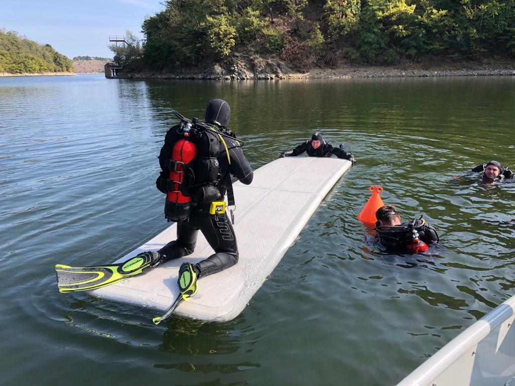 FOTO  Pompieri scafandri, din opt județe -antrenament complex, timp de o săptămână, în apele lacului Cinciș