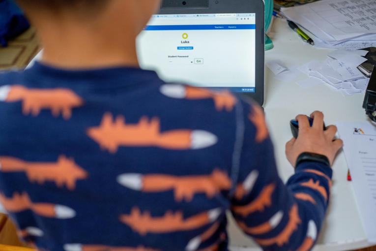 Numărul claselor trecute în online, în județ, a ajuns la 132